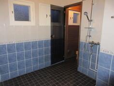 ... 2000-luvun alussa ja laattalattia on juuri uusittu on myös lattialämmityksin/vedeneristyksin!
