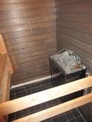 Saunassa on Harvian uusi sähkökiuas! Kylpyhuoneen seinät on laatoitettu ...