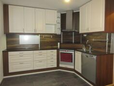 Keittiö uusittu näyttäväksi jo 2010-luvun alussa runkoineen uusituin keittiökaapistoin ja laittein!