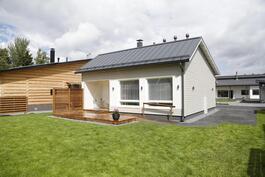 Esimerkkikuva julkisivu takapihalta vastaavasta talosta (ei ole myytävästä kiinteistöstä)