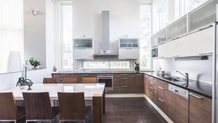 Ihanan tilava ja valossa kylpevä keittiö