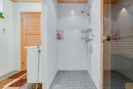 Kylpyhuoneen suihkutila. Aninkainen.fi, Turku, Eija Herttuainen LKV 050 3245 676
