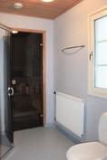 Pesuhuoneessa on myös wc-istuin