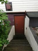Portaat kellariin jossa vanha sauna sekä hyvät varastotilat