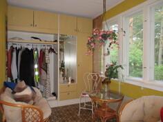 ... iso lämmin kuisti tarjoaa talossa mukavasti lisätilaa rentoon oleskeluun!