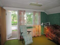 Yläkerran isommasta romanttisesta makuuhuoneesta on käynti myös maisemaparvekkeelle ja ...
