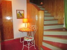 ... keskipisteenä on upea aalto-sormipaneelikaide, joka johdattelee yläkertaan vievään portaikkoon!