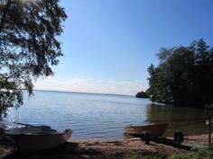 Kiinteistö on maineikkaan Rantatien pyöräilyreitistönkin varrella ja kunnan uima/veneranta on kävelymatkan päässä (n. 150 m)!