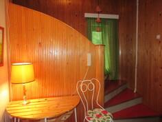 Talo erikoislaatuisuus näkyy myös eteisaulan näyttävyydessä, jossa ...