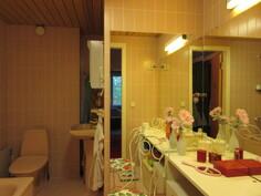 Talo peruskorjattu 80-luvulla ja 1. kerroksessa laatoitettu kylpyhuone!