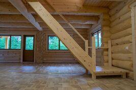 Olohuoneesta portaat yläkertaan