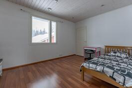 1. Yläkerran makuuhuone vaatehuoneella
