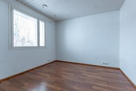 3. Yläkerran makuuhuone vaatehuoneella