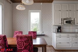Valoisa keittiö, ikkunat kahteen suuntaan
