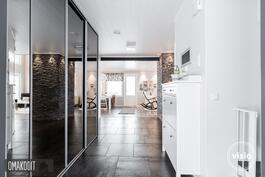 Alakerran aulassa 14,4m² peililiukuovelliset kaapistot sekä laattalattia