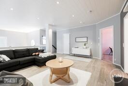 Yläkerran tilava aulatila 27,3m², jossa erillinen wc, käynti makuuhuoneisiin sekä parvekkeelle