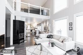 Olohuone 24,1m², yhtenäistä avaraa tilaa keittiön sekä ruokailutilan kanssa