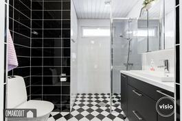 Yläkerran erillisessä wc:ssä suihku ja kauniit laatoitukset