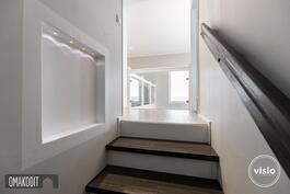 Eteisestä portaat yläkerran aulaan