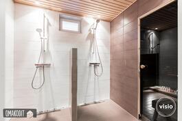 Kylpyhuoneessa kaksi suihkua sekä Unidrain lattiakaivot