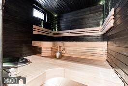 Tilava sauna 3,6m² tervaleppää, seinät petsattu mustiksi