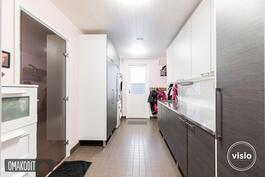 Kodinhoitohuone 10,7m², Aka-keittiöiden laadukkaat kalusteet, ovi terassille