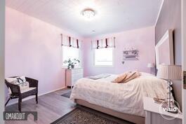 Yläkerran makuuhuone 15m², jossa vaatehuone 3,5m²