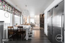 Keittiö ja ruokailutila 20,5m², rosteriset kodinkoneet, paljon kaappitilaa