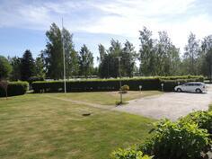 Autopaikat sijaitsee takapihalla.