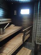 Sauna jossa puu- ja sähkökiuas