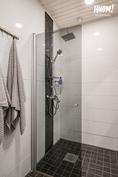 Kylpyhuone on remontoitu supertyylikkäästi v. 2018