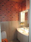 Eteisen yhteydessä oleva wc