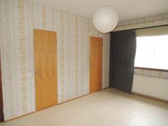 Makuuhuone jossa oma kylpyhuone, vaatehuone sekä käynti ulos.