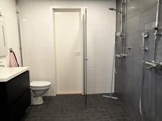 Juuri uusiittu kylpyhuone