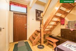 Eteistilaa on laajennettu ja rakennettu portaat yläkertaan