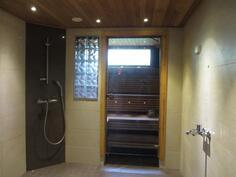 pesuhuoneessa 2 kulmasuihkua ja valmius kylpyammeelle
