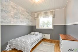 Kolmas makuuhuone soveltuu vierashuoneeksi.