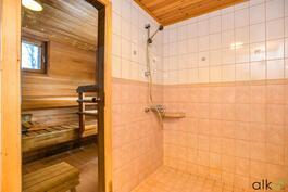 Lasioven kautta käynti saunaan.