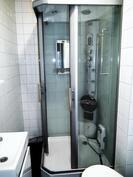 Vuokrahuoneen uusi suihkukaappi