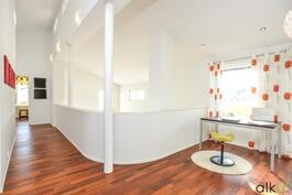 Yläkerran aula jakaa tilat.