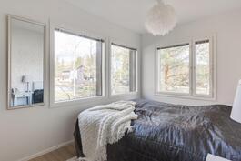 Ihana oma makuuhuone, ikkunat kahdella seinällä!