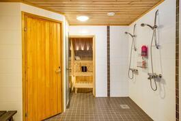 Laatoitetussa kylpyhuoneessa on reilusti tilaa