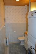 erillinen wc, jossa pyykinpesukone/kuivausrumpu