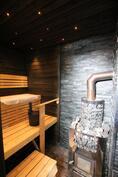 Viimeistelty sauna Harvian puukiukaalla.