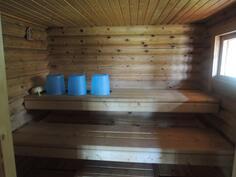 Iso sauna joka lämpiää puukiukaalla