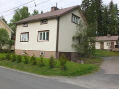Talo on kulmatontilla ja kiinteistööön kuuluu myös talousrakennus
