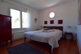 3 kpl makuuhuoneita, vaatehuone + yläkerran makuutila parvella