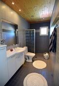 2 kpl wc tiloja, alakerrassa ja yläkerrassa. Yläkerrassa myös suihkutila wc yhteydessä.
