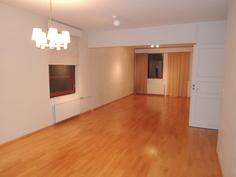 Olohuone on koko talon levyinen ja ikkunat kolmesta suunnasta