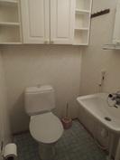 Erillinen wc eteisen läheisyydessä